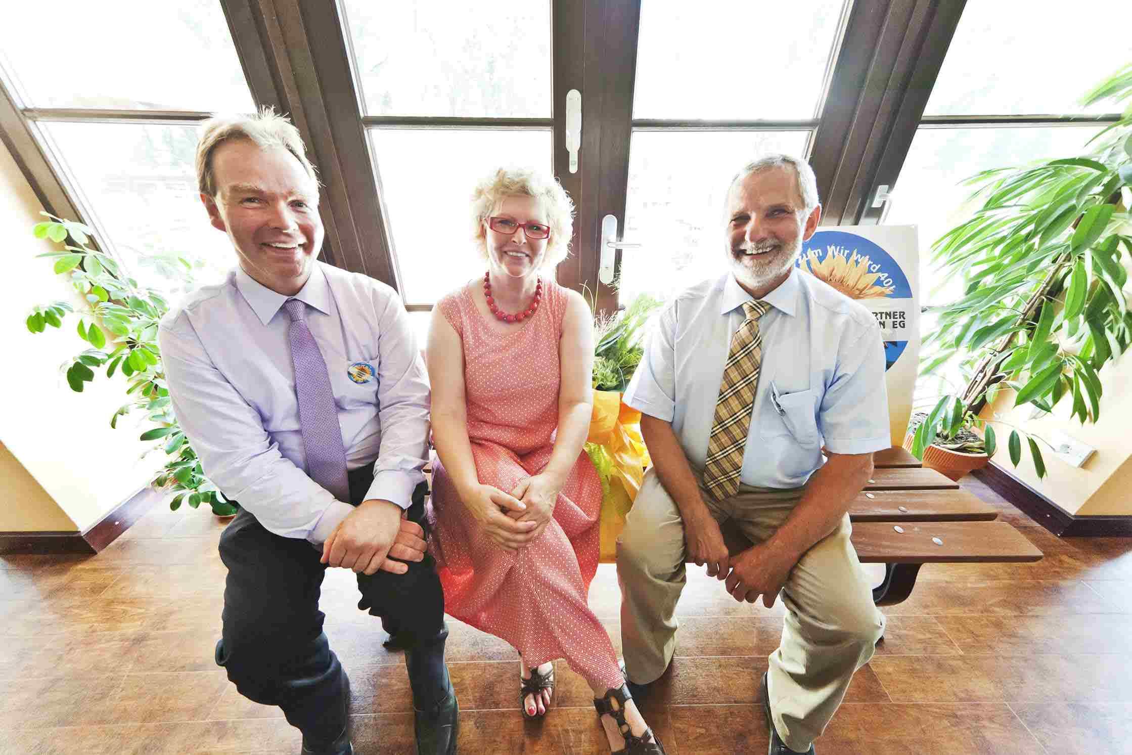 Probesitzen: Vorstand Johannes Wolter, Bürgermeisterin Gabriele Preuß und Vorsitzender Willi Strunk