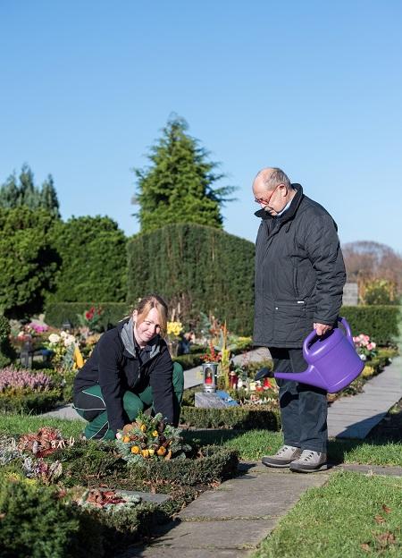 GdF_Pflege der Gräber.jpg: Friedhofsgärtner pflegen sorgfältig die Ihnen anvertrauten Gräber und geh