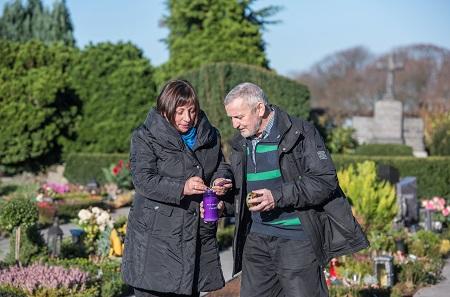 GdF_Lila Grablichter.jpg: Ausschließlich bei Friedhofsgärtnern können lilafarbene Grablichter mit de